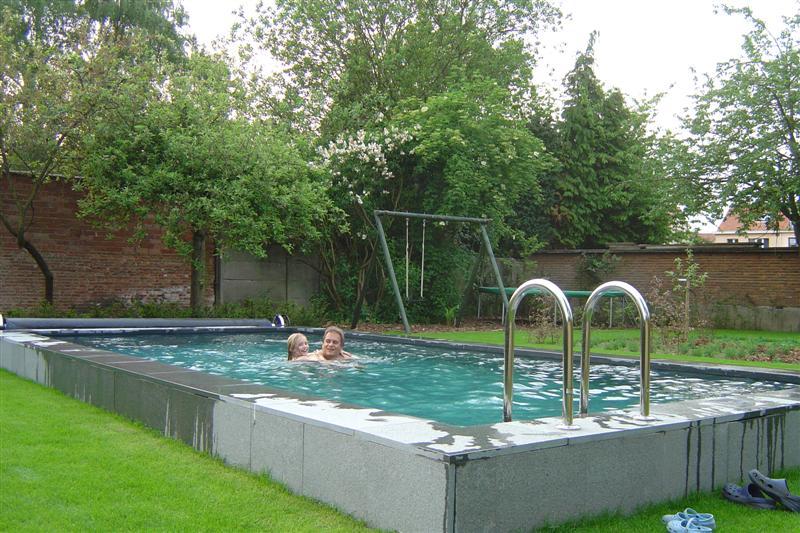 Terras bij zwembad zwembad verhoogd tov omgeving skimmer en