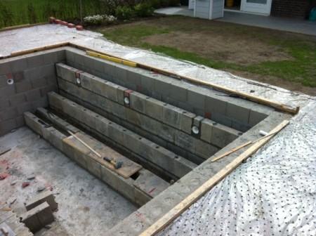 Zelf een zwembad bouwen for Zelf zwembad bouwen betonblokken